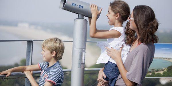 Famille sur la plateforme de la tour de guet